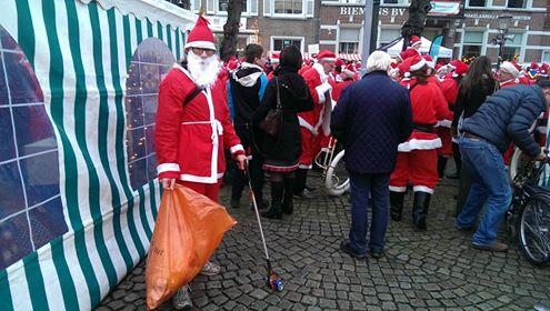 De Kerstman ruimt zwerfafval op